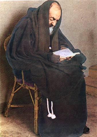 Padre Pio lendo
